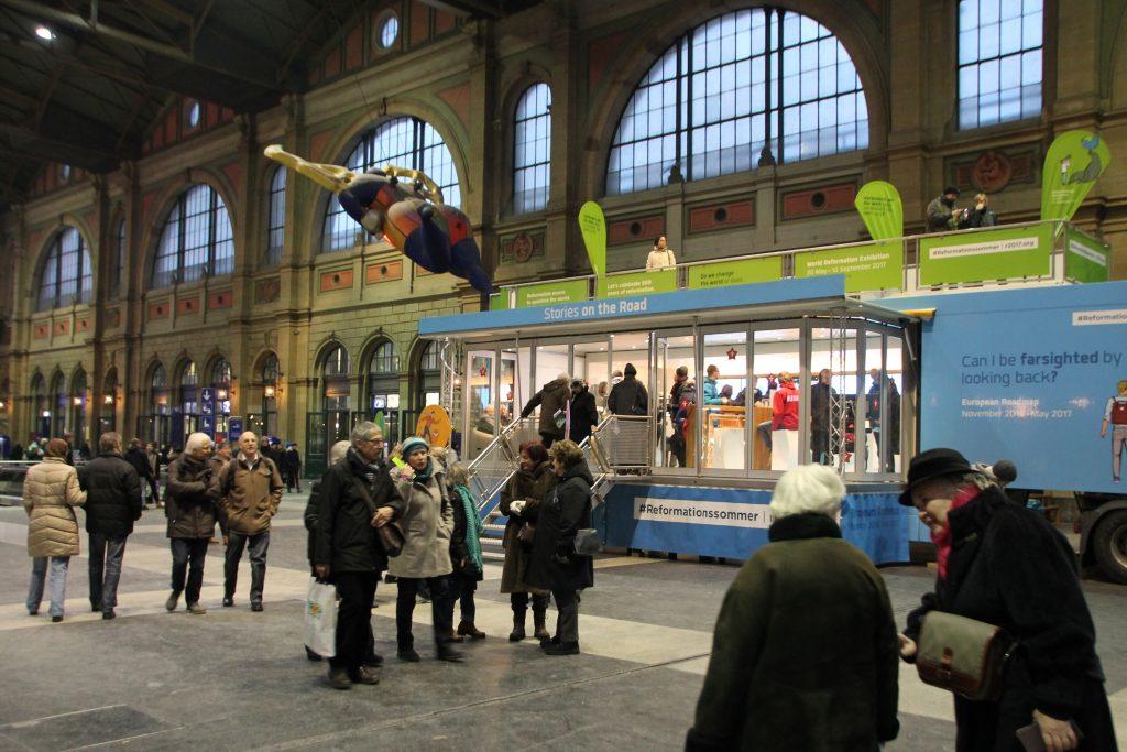 Das Geschichtenmobil zum Reformationsjubiläum in der Zürcher Bahnhofshalle im Januar 2017.